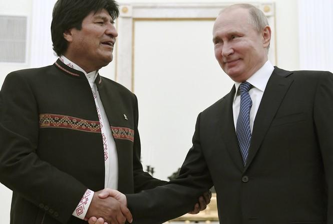 Tổng thống Nga Putin bắt tay ông Evo Morales. Ảnh: VOA