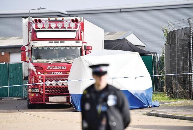 Chiếc xe container nơi tìm thấy thi thể 39 người nhập cư. Ảnh: Kuwait Times