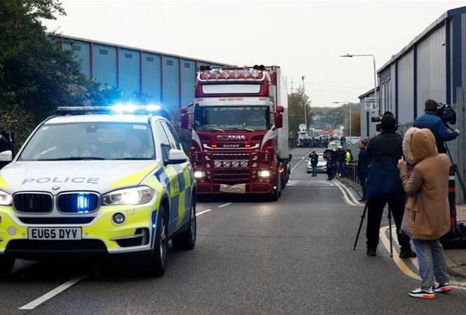 Chiếc xe container chở thi thể 39 người nhập cư. Ảnh: Reuters