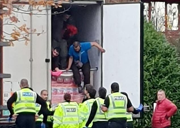 Người đàn ông nghi nhập cư bị phát hiện trên xe tải. Ảnh: Tina