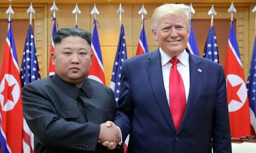 Lãnh đạo Triều Tiên Kim Jong-un gặp Tổng thống Mỹ Trump tại DMZ ngày 30/6. Ảnh: Reuters.
