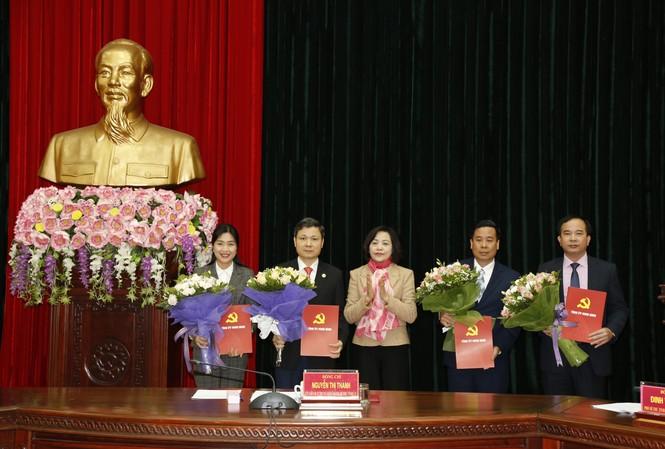 Bí thư Tỉnh ủy Ninh Bình trao quyết định và chúc mừng các đồng chí.