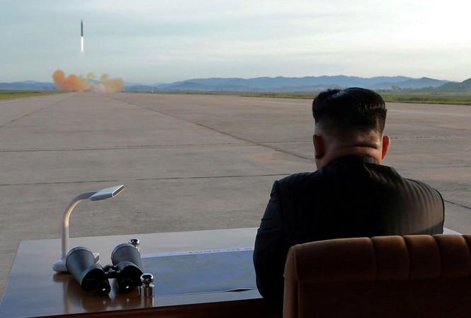 Chủ tịch Kim Jong-un theo dõi một vụ thử vũ khí. Ảnh: KCNA