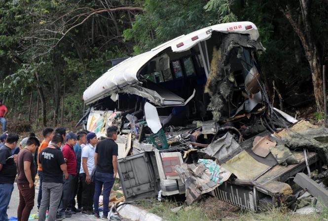 Chiếc xe buýt nát đuôi sau vụ tai nạn. Ảnh: Reuters