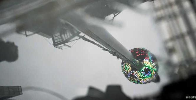 Quả cầu biểu tượng trên Quảng trường Thời đại được chạy thử hôm 30/12 trước lễ đếm ngược. Ảnh: Reuters