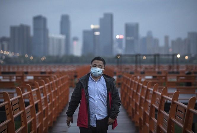 Một người đàn ông đi bộ trong công viên ở Vũ Hán (tỉnh Hồ Bắc, Trung Quốc). Ảnh: Getty
