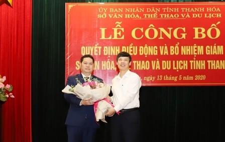 Chủ tịch UBND tỉnh Thanh Hóa Nguyễn Đình Xứng chúc mừng đồng chí Phạm Nguyên Hồng.