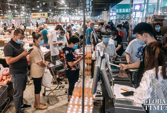 Dịch COVID-19 bùng phát trở lại tại chợ Xinfadi (Bắc Kinh). Ảnh: Global Times