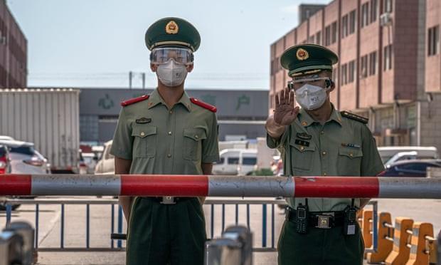 Lực lượng an ninh canh gác bên ngoài chợ Xinfadi. Ảnh: EPA