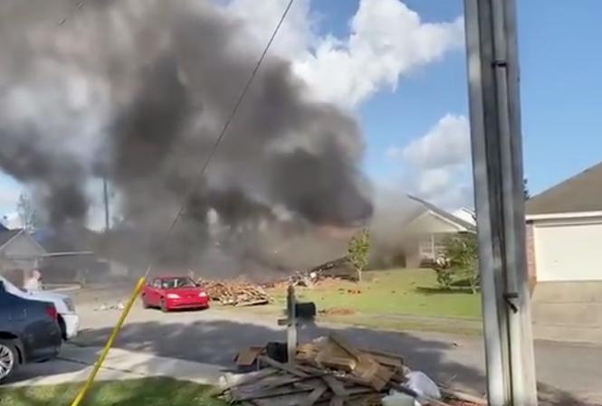 Vụ tai nạn khiến một ngôi nhà bốc cháy. Ảnh: Twitter