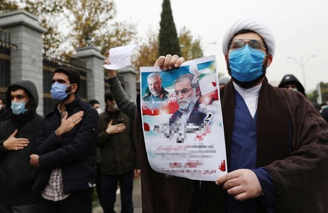 Người dân Iran biểu tình phản đối vụ ám sát chuyên gia hạt nhân Mohsen Fakhrizadeh. Ảnh: Reuters