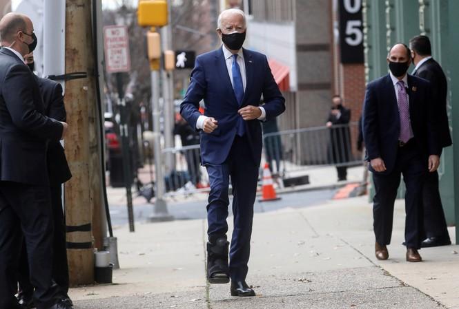 Ông Joe Biden phải nẹp chân sau sự cố. Ảnh: Reuters