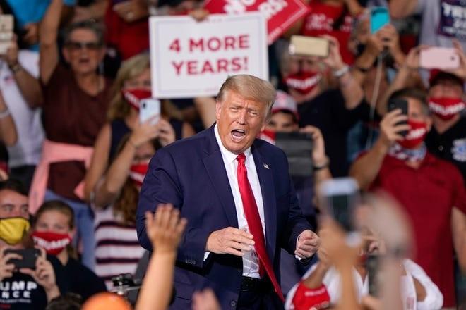 Tổng thống Trump trong vòng vây người ủng hộ. Ảnh: AP