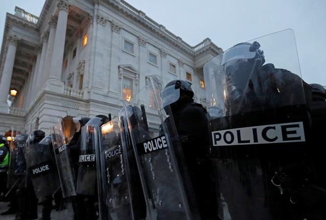Cảnh sát bảo vệ Điện Capitol. Ảnh: Reuters