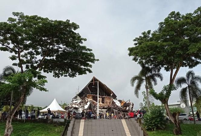 Một công trình bị hư hại trong trận động đất sáng 15/1. Ảnh: Reuters