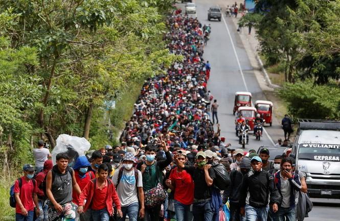 Đoàn người di cư nuôi mộng được vào Mỹ. Ảnh: Reuters