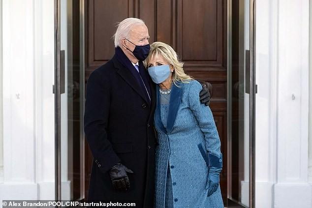 Ông Biden và bà Jill đứng chụp ảnh trước cửa Nhà Trắng sau lễ nhậm chức.