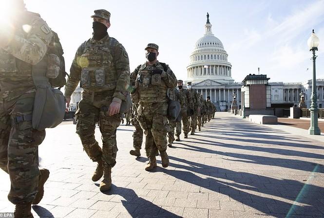 Lực lượng Vệ binh đi tuần tra ở Điện Capitol.