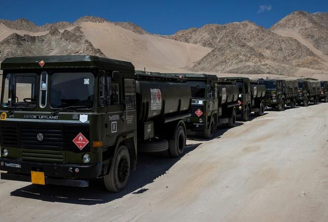 Xe chở nhiên liệu của Ấn Độ ở khu vực tranh chấp. Ảnh: Reuters