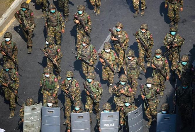 Quân đội Myanmar tham gia trấn áp người biểu tình. Ảnh: Reuters