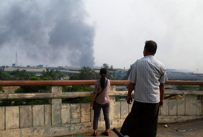 Một nhà máy gần Yangon bị cháy. Ảnh: Reuters