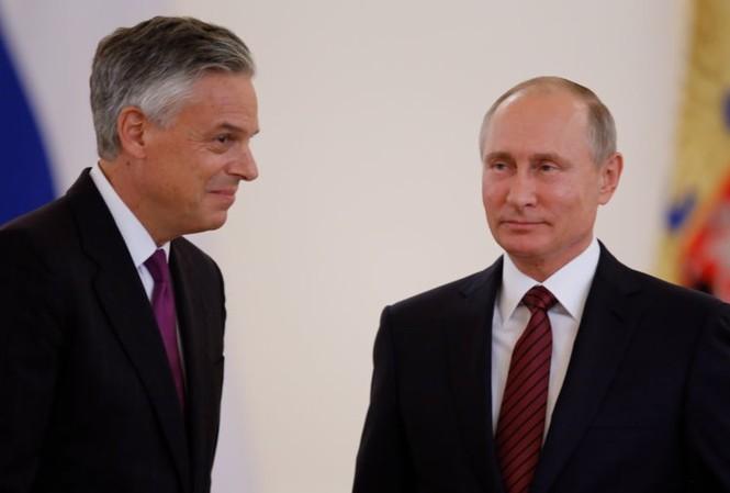 Đại sứ Mỹ Jon Huntsman (trái) và Tổng thống Nga Vladimir Putin. Ảnh: Business Insider.