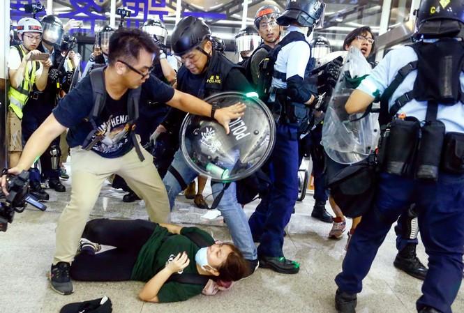 Cảnh sát Hong Kong giải tán biểu tình ở sân bay hôm 13/8. Nguồn: Nikkei
