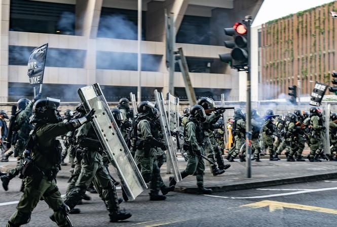 Cảnh sát chống bạo động của Hong Kong nỗ lực giải tán biểu tình. Ảnh: Getty Images.