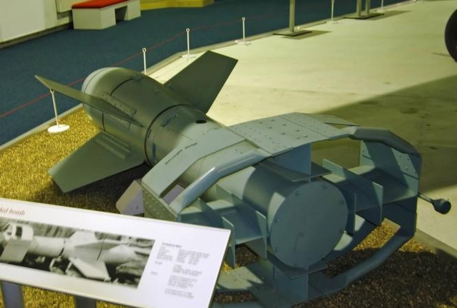 Bom lượn Fritz X được trưng bày ở Ba Lan. Ảnh: The Independent.