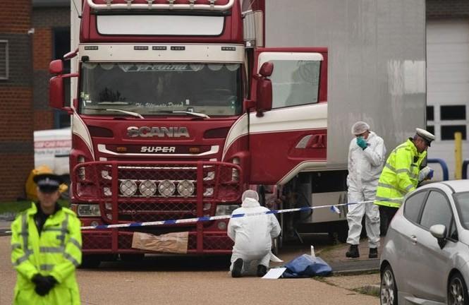 Cảnh sát khám nghiệm xe tải chứa 39 thi thể. Ảnh: Getty.