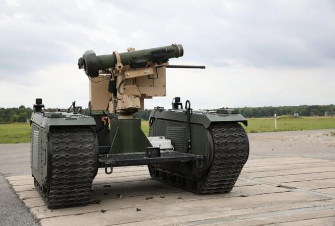 Robot QinetiQ Titan được gắn ống phóng tên lửa chống tăng Javelin. Ảnh: Breaking Defense.