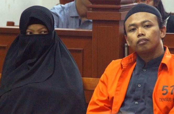Dian Yulia Novita cùng chồng Nur Solikin trong phiên tòa ngày 23/8/2017. Cựu ô-sin Novita bị kết án 7,5 năm tù vì âm mưu tấn công tự sát dinh tổng thống ở Jakarta. Ảnh: Getty.