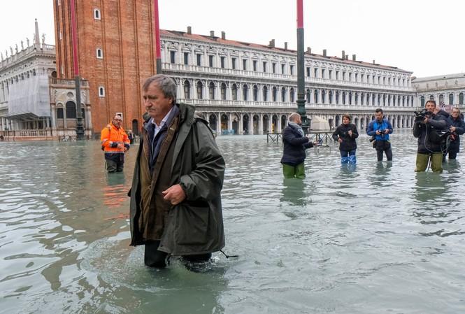 Thị trưởng Venice Luigi Brugnaro bì bõm ở Quảng trường St. Mark. Ảnh: Manuel Silvestri.
