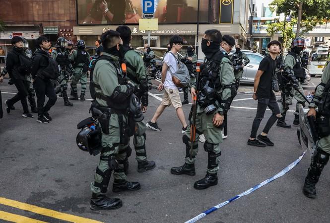 Người biểu tình bị cảnh sát bắt gần Đại học Bách khoa Hong Kong ngày 18/11. Ảnh: Getty Images.