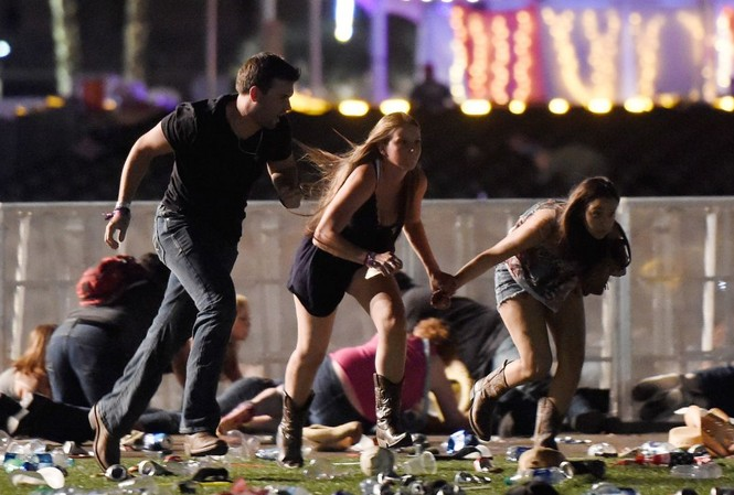 Người dân chạy khỏi lễ hội âm nhạc đồng quê Route 91 Harvest ngày 1/10/2017 ở thành phố Las Vegas. Tay súng 64 tuổi Stephen Paddock bắn chết 58 người, bắn bị thương hơn 500 người. Ảnh: Getty Images.