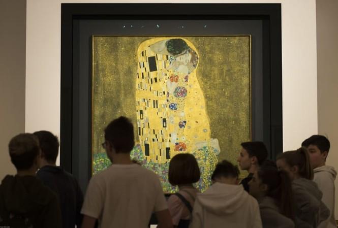 """Du khách ngắm bức tranh """"Nụ hôn"""" của Gustav Klimt tại Bảo tàng Upper Belvedere ở Áo. Ảnh: Getty Images."""