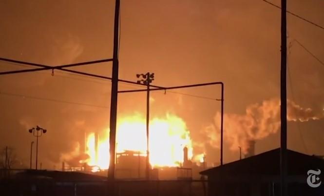 Cháy nổ tại nhà máy hóa chất Port Neches. Ảnh: AP.