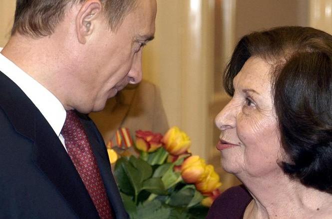 Tổng thống Nga Vladimir Putin và bà Goar Vartanian tại Điện Kremlin ngày quốc tế phụ nữ 8/3/2005. Ảnh: ITAR-TASS.