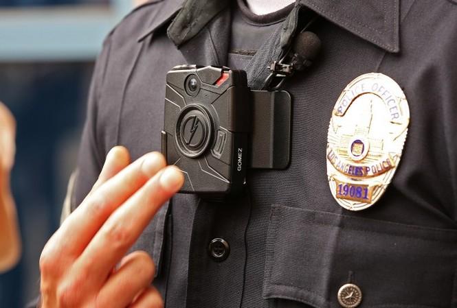Camera gắn trên ngực một sĩ quan cảnh sát ở thành phố Los Angeles của Mỹ. Ảnh minh họa: Los Angeles Times.