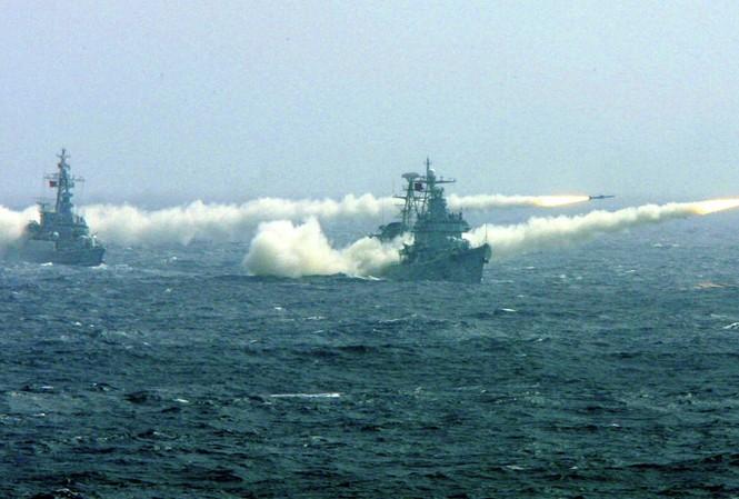 Trung Quốc tập trận trên biển Đông. Ảnh: AP.