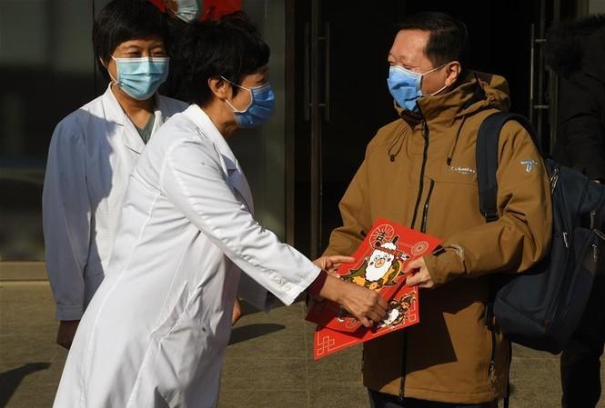Giám đốc Bệnh viện Bắc Kinh (trái) ngày 30/1 tặng tranh chữ Phúc cho bệnh nhân nhiễm coronavirus mới – ông Wang Guangfa (Trưởng khoa Phổi – Bệnh viện Đệ nhất thuộc Đại học Bắc Kinh. Ảnh: Xinhua.