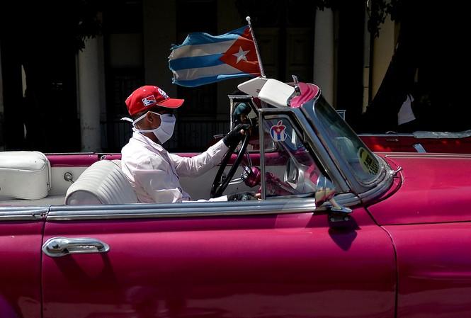 Lái xe trên đường phố Cuba. Ảnh: Getty.