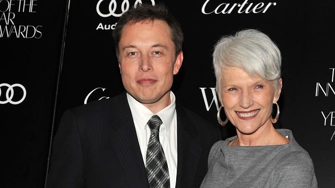 Bà Maye Musk và con trai Elon Musk. Ảnh: MarketWatch.