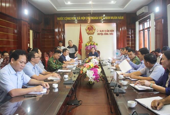 Ông Đặng Văn Minh, Chủ tịch UBND tỉnh Quảng Ngãi làm việc với UBND huyện Bình Sơn về công tác ứng phó mưa lũ. Ảnh: Nguyễn Ngọc