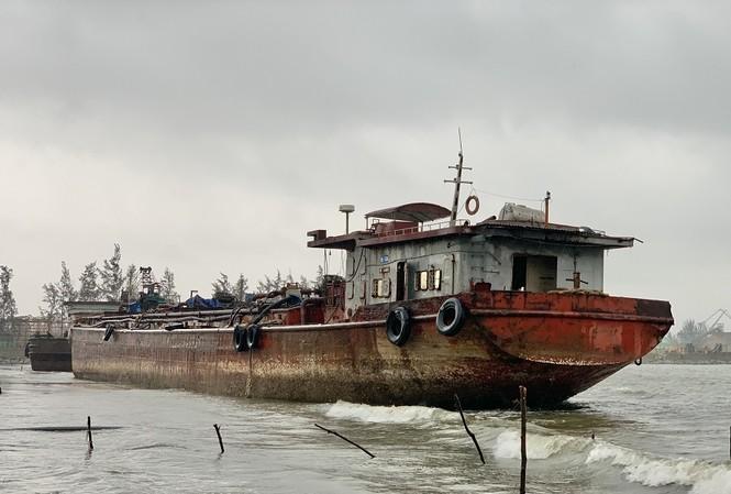 Bốn chiếc xà lan trôi dạt trên vùng cảng biển Dung Quất đe dọa an toàn hàng hải. Ảnh: Nguyễn Ngọc