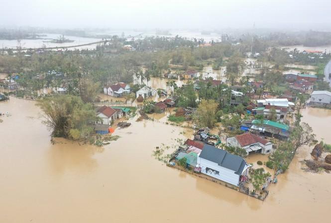 Nhiều khu dân cư ỏ địa bàn tỉnh Quảng Ngãi ngập chìm trong biển nước. Ảnh: Nguyễn Ngọc