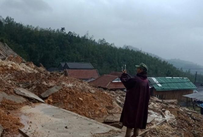 Hơn 400 hộ dân với khoảng 2.000 nhân khẩu của 3 thôn Trà Huynh, Trà Vân và Cà Đam, huyện Trà Bồng bị cô lập do sạt lở núi, nhiều tuyến giao thông bị tắc nghẽn. Ảnh: H.T