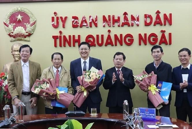 UBND tỉnh Quảng Ngãi công bố các quyết định về công tác cán bộ. Ảnh: CTT