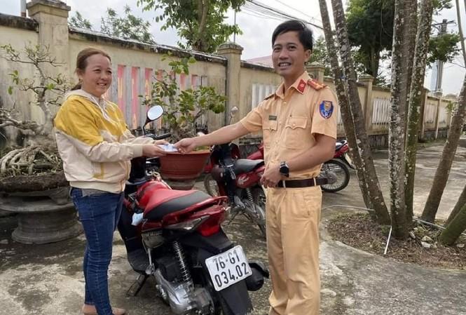 Chị Nguyễn Thị Sa nhận lại chiếc xe máy sau 7 năm bị kẻ gian lấy cắp. (Ảnh: Công an Mộ Đức)