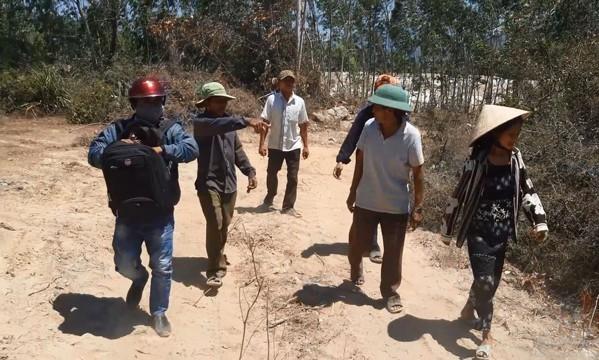 Người dân thôn Chánh Lý (xã Cát Tường) phản đối doanh nghiệp khai thác đất trái phép. Ảnh: Tr.Định